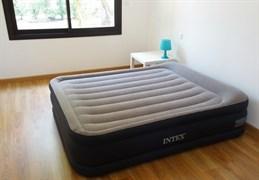 Надувная кровать Intex 67738 двуспальная со встр. насосом 220В (152х203х48)